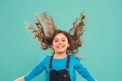 Frais il  Concept fort et sain de cheveux Coiffure gentille et rang?e Astuces faciles faisant la coiffure pour des enfants Petit  images stock