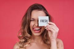 Frais ! Jeune femme espiègle collant la langue et le whil de sourire Images stock