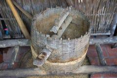 Fraisage traditionnel vietnamien antique de riz, employé pour séparer la cosse pour obtenir le riz pour la consommation Images libres de droits