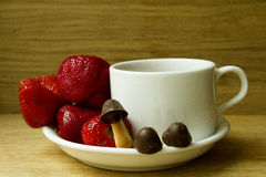 Fraise avec des biscuits sous forme de champignons Image stock