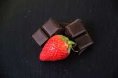 Fraise avec du chocolat Photos stock