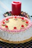 Fraise d'anniversaire et gâteau de crème Photographie stock libre de droits