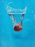 Fraise dans l'eau Photos stock