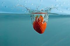 Fraise dans l'eau Photographie stock libre de droits