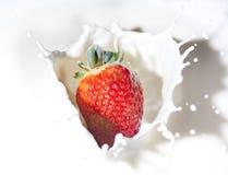 Fraise dans une crème Photographie stock libre de droits