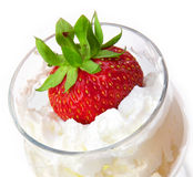 Fraise dans une crème en verre Photo libre de droits