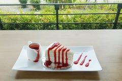 Fraise de gâteau de crêpe sur la table en bois Photographie stock libre de droits