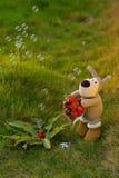 Fraise de lapin de jouet de peluche Photo stock