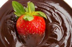 Fraise en chocolat au-dessus du fond blanc Photos stock