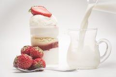 Fraise et dessert frais Versez le lait à l'intérieur du verre Photographie stock