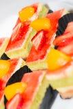 Fraise et gâteaux découpés en tranches par pêche Images stock