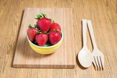 Fraise et jus frais sur la table en bois Configuration plate Images stock