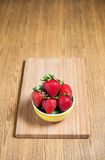 Fraise et jus frais sur la table en bois Configuration plate Image libre de droits