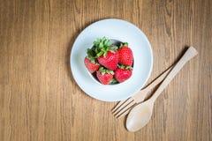 Fraise et jus frais sur la table en bois Configuration plate Photo stock
