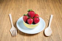Fraise et jus frais sur la table en bois Configuration plate Photos stock