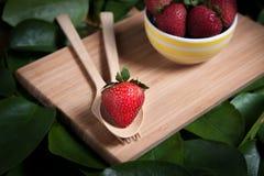 Fraise et jus frais sur la table en bois Configuration plate Image stock