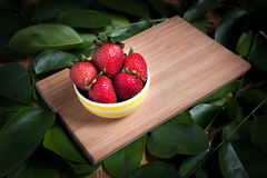 Fraise et jus frais sur la table en bois Configuration plate Photographie stock libre de droits