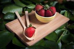 Fraise et jus frais sur la table en bois Configuration plate Photo libre de droits