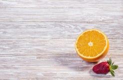 Fraise et orange sur le fond en bois image libre de droits