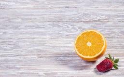 Fraise et orange sur le fond en bois photos libres de droits