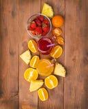 Fraise fraîche et cocktailes oranges avec des fruits sur un r en bois Photos libres de droits
