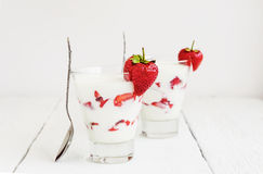 Fraise fraîche sur un verre avec du yaourt de dessert et fraise l photo stock