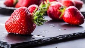 Fraise Fraise fraîche Strewberry rouge Jus de fraise Fraises lâchement étendues dans différentes positions image stock