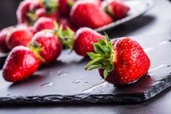 Fraise Fraise fraîche Strewberry rouge Jus de fraise Fraises lâchement étendues dans différentes positions Photo stock