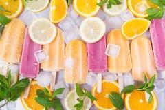 Fraise givrée et glaces à l'eau oranges Images stock