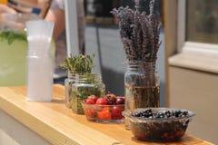 Fraise, groseille et prune dans des plats Photo libre de droits