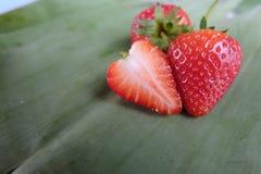 Fraise rouge coupée en tranches sur la feuille de banane Photo stock