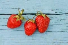 fraise rouge de baie mûre sur une table bleue vieille Photos stock