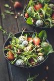 Fraise Salade avec des ?pinards, Dragon Fruit, amande photos stock