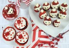 Fraise Santa de vacances de Noël avec des petits gâteaux de velours de rouge de cerise Photos libres de droits