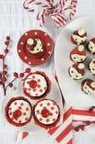 Fraise Santa de vacances de Noël avec des petits gâteaux de velours de rouge de cerise Photos stock