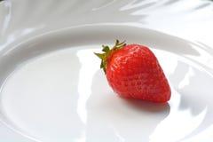 Fraise savoureuse et juteuse d'un plat blanc brillant Photographie stock