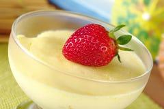 Fraise sur le dessert de fromage fondu Images libres de droits