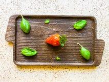 Fraise sur une planche à découper de cuisine Photos stock