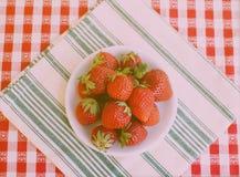 Fraises à manger Photographie stock libre de droits