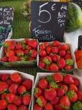 Fraises à vendre au marché d'agriculteurs photographie stock libre de droits