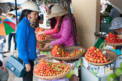 Fraises au marché de Dalat Photos libres de droits