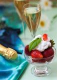 Fraises avec de la crème et le champagne fouettés Photos libres de droits
