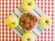 Fraises avec des pommes autour Photo libre de droits