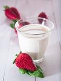 Fraises avec du lait Photos stock