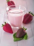Fraises avec du lait Images stock