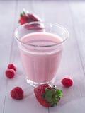 Fraises avec du lait Photographie stock