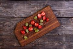 Fraises coupées en tranches et raisins verts Photo libre de droits