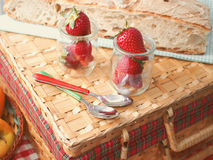 Fraises dans des tasses en verre Image stock
