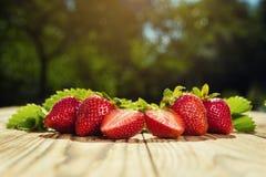Fraises dans le panier, panier de fraise, fraises sur le woode Photos libres de droits