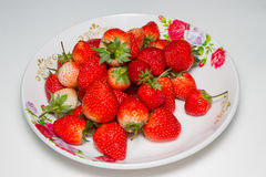Fraises dans le plat, fond blanc, foyer de slect au strawberrie Photos stock